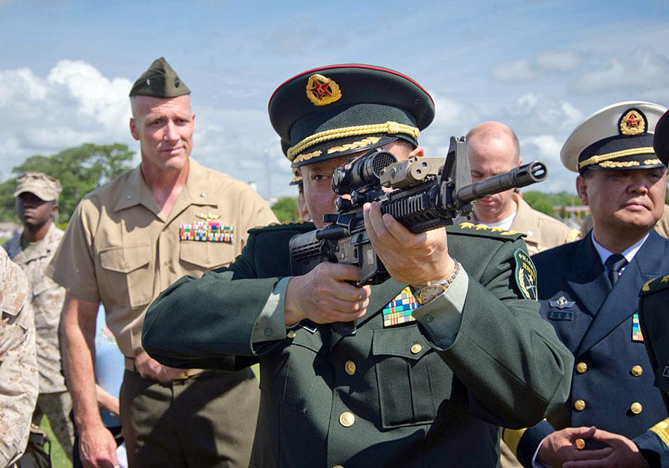 解放军上将纷纷出访考察 亲手体验美国先进枪械