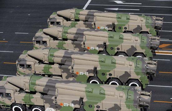资料图:解放军二炮部队列装的东风-21C型弹道导弹。.