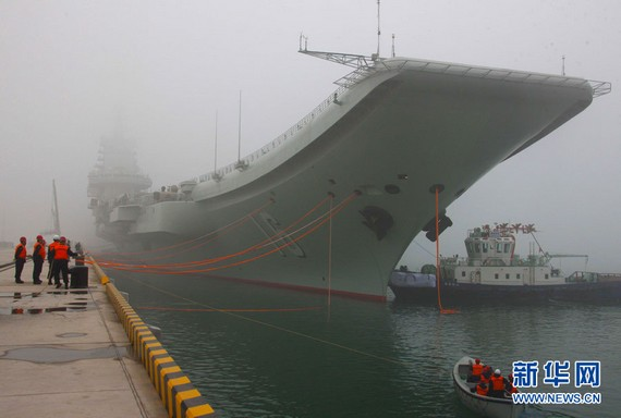 资料图:中国首艘航空母舰辽宁舰首次靠泊青岛某军港。