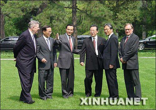 2004年6月23日,朝核问题第三轮六方会谈在北京钓鱼台国宾馆芳菲苑开幕。这是六方会谈中国代表团团长、外交部副部长王毅(左三)与俄罗斯代表团团长、外交部特使阿列克谢耶夫(右一),韩国代表团团长、外交通商部长官助理李秀赫(左二),朝鲜代表团团长、外务省副相金桂冠(右三),美国代表团团长、国务院助理国务卿凯利(左一),日本代表团团长、外务省亚大局局长薮中三十二(右二)在一起。