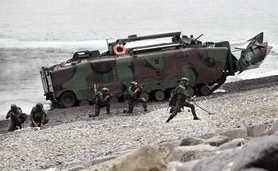 资料图:台湾海军抢滩登陆演练LVTP5老式两栖战车仍在使用。