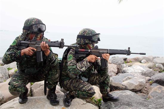 资料图:台湾海军陆战队士兵警戒。