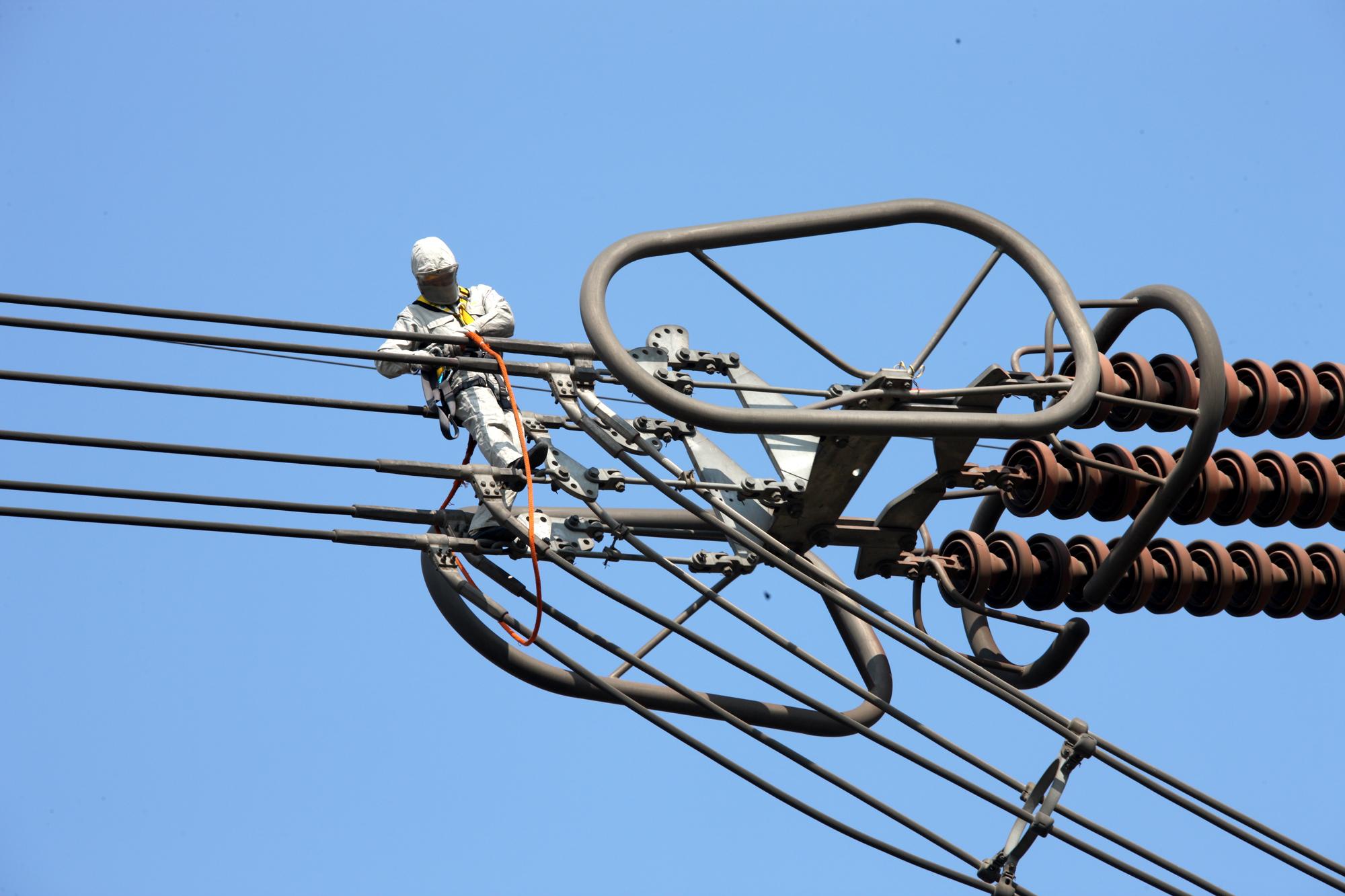 2月4日,国网河南检修公司组织人员对位于焦作市武陟县境内的±800千伏天中特高压直流输电线路4031号塔进行带电消缺,确保线路度冬期间可靠运行。此次作业也是河南省首次在特高压直流输电线路上开展带电作业,具有里程碑意义。 据了解,2014年,河南省跨区跨省购入电量258.