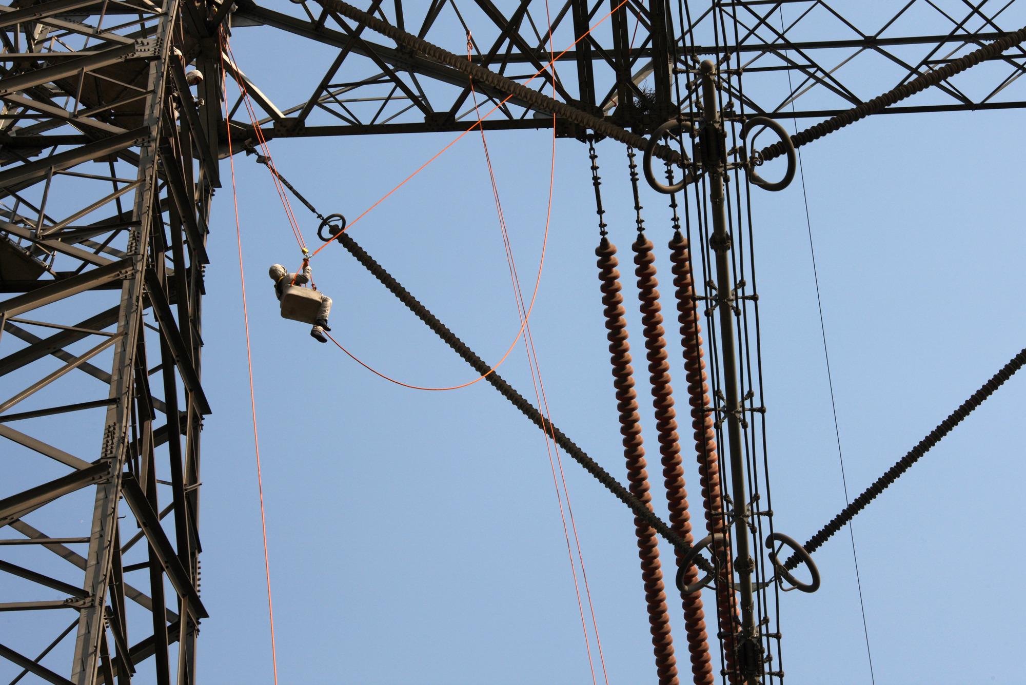 河南开展首次特高压直流输电线路带电作业