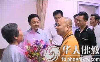 医院 重现/法师、医生、病人在一起(图片来源:凤凰网华人佛教)