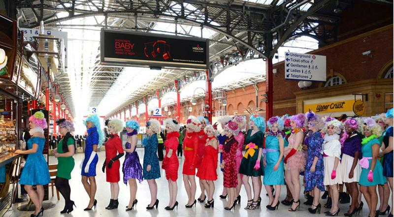 上百美女cos《饥饿游戏》伦敦地铁走秀