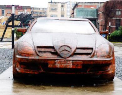 上海街头现砖头跑车 造型逼真吸引路人