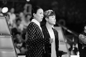 那英和梦想导师吴青峰在选择姚贝娜还是林育群的过程中很纠结。