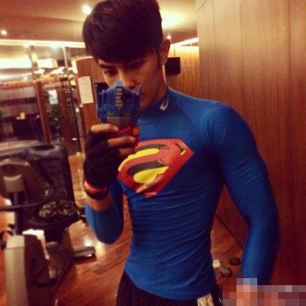 汪东城超人装秀肌肉 网友调侃内裤呢