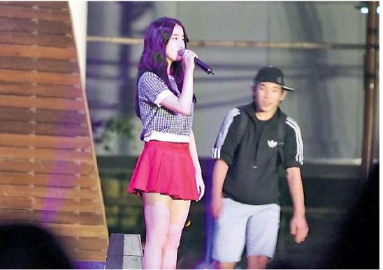 韩女星IU公园演唱遭男粉丝突袭 神情淡定面带微笑