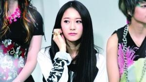 韩女团f(x)水晶台上晕倒 疑因劳累过度缺乏休息