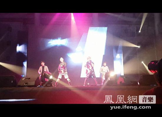 男团Notice助阵第四届韩国歌星演唱会