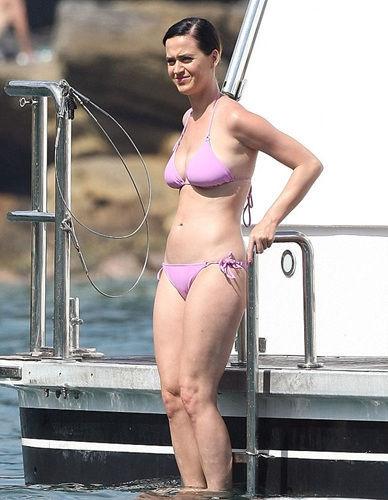 凯蒂-佩里穿粉色比基尼 身材性感小腹平坦(图)