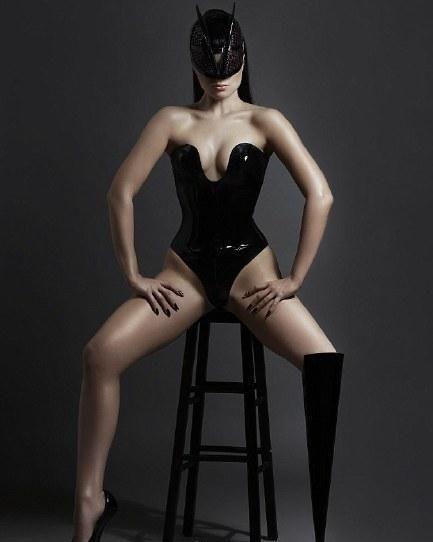 英国26岁截肢女歌手花百万拍MV 大跳碉堡尖刺舞