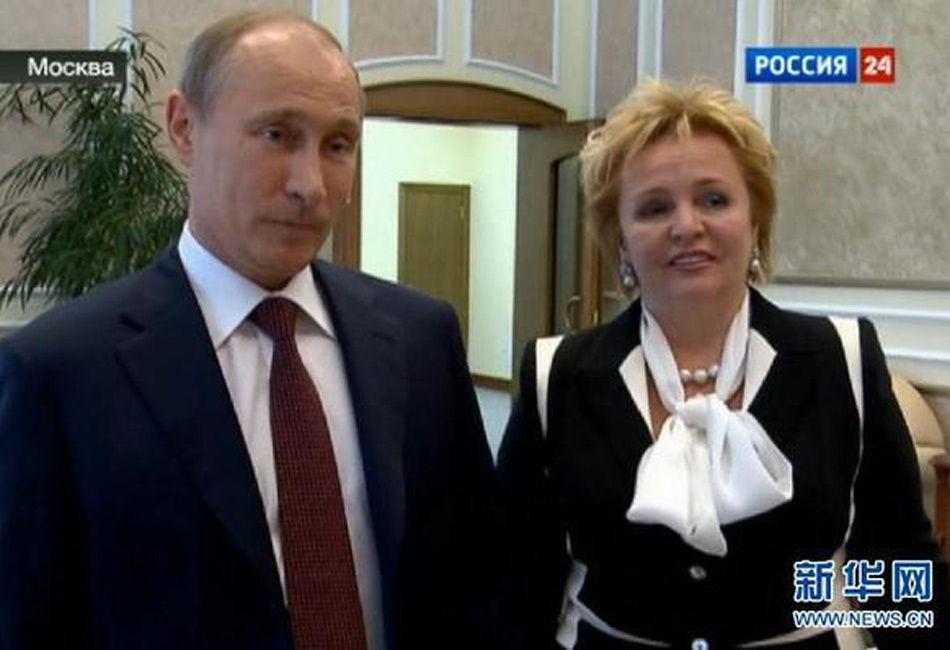 """2013年6月6日当晚,普京夫妇共同在克里姆林宫观看芭蕾舞演出,这是一年多来两人首次共同公开露面。普京和普京娜在演出结束后向""""俄罗斯-24""""电视频道宣布,两人已经离婚。"""