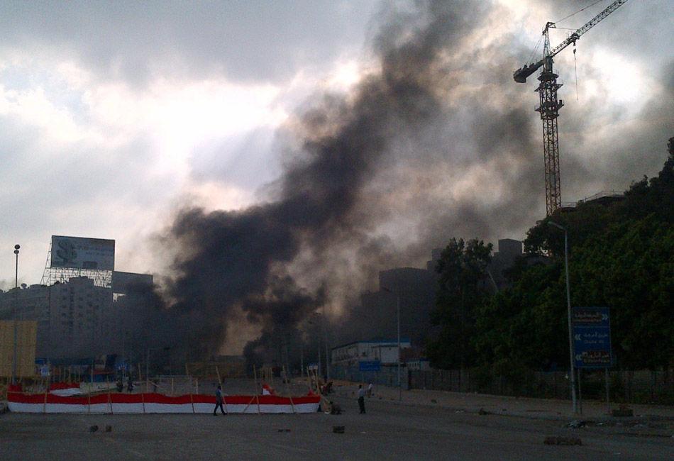 当地时间8月13日,埃及安全部队清理开罗两处穆尔西支持者营地,穆兄会发言人称,行动已造成至少120人死亡。官方电视台称2名安全部队成员死亡,穆尔西支持者誓言坚守阵地。