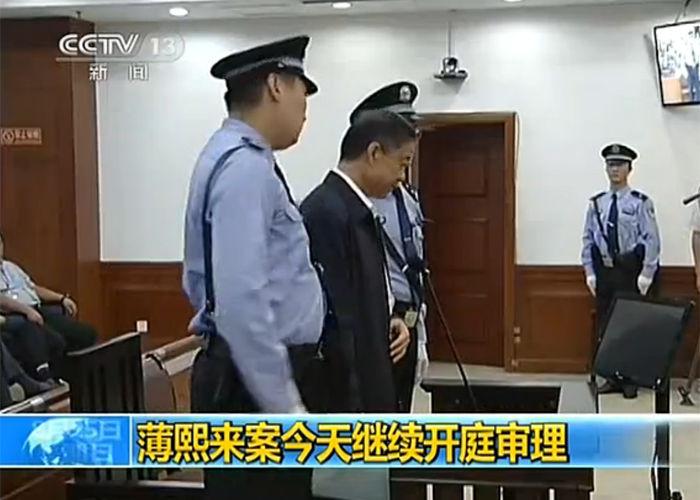 8月25日,薄熙来案进入庭审第四日。央视9点钟播出了薄熙来进入法院,在被告席落座的现场画面。