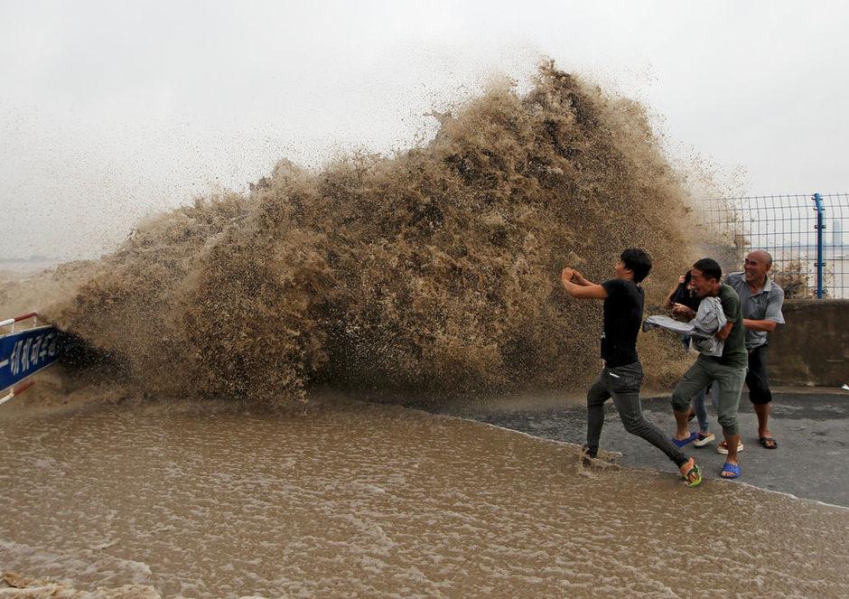 钱江潮掀起的巨浪吓得观潮人落荒而逃 - 南岳樵夫 - 南岳樵夫的家园