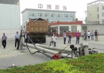 货车不慎撞断电线杆 安阳供电部门忙抢修