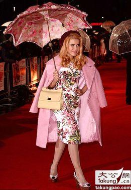 英国女星帕洛玛.菲丝出席电影《古巴浪人》的首映式。当天,英国天气不加,飘着小雨,这本对要走红毯的女星很不利。不过,出人意料的是,帕洛玛撑着一把花伞化解了这一切。