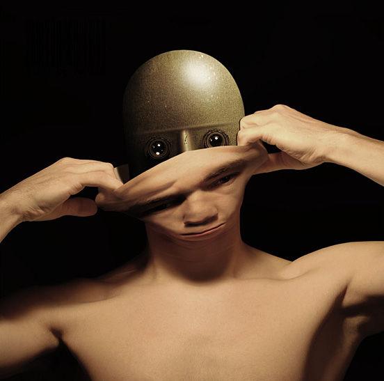 例如电子皮肤与智能手表和腕带等结合,只需要把电子皮肤输出的电学