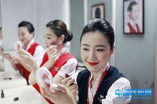 """深航空姐启用""""流光溢彩""""新妆容 网友称""""太惊悚"""""""