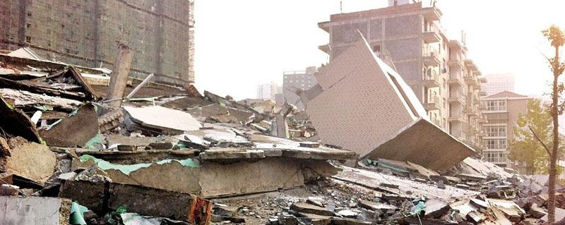 """位于徐东大街附近的二郎庙污水处理厂。由于未经土地、规划等管理部门审批,且非法侵占国有土地等,该小区属于违法建筑,被人称为""""最牛违建小区""""。昨日(26日),武汉市城管委会同武昌、洪山两区多个部门组织执法人员,携带多台挖机赶到现场进行拆除。"""