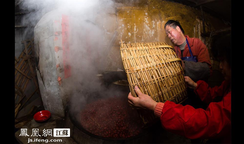 材料处理完毕,严师傅就下锅开煮。严师傅介绍,他们会根据原料煮熟的难易程度确定下锅顺序,一般会先从蚕豆、红豆、花生等煮起。(黄埔7号影像俱乐部/图 胥大伟/文)