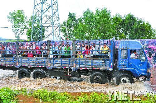 伊春机场临时租用大型卡车运送旅客供图/CFP