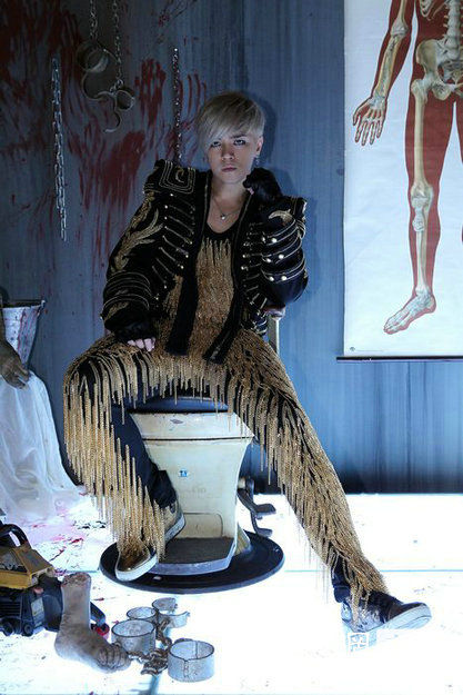 布置阴森诡谲,解剖室布满假断手、断脚,血迹斑斑的电椅、电锯、