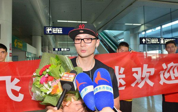 2014年7月1日,刘炜抵达新疆人气高,手捧鲜花亮相众多球迷接机。