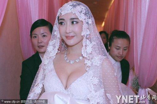 款待宾客,虽说婚纱总是尽显身材,但像杜若溪这个大胆的新娘并图片