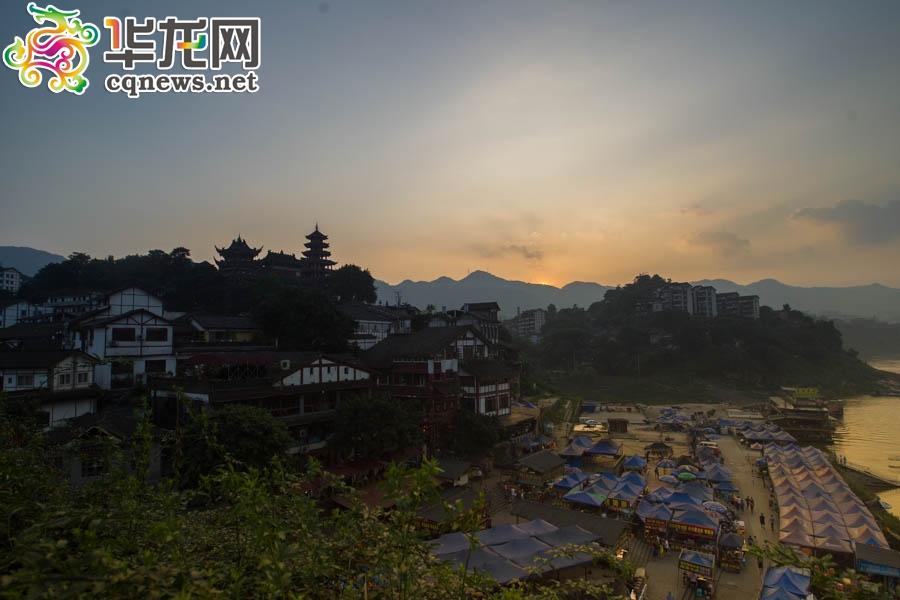 组图:重庆瞬间之夕阳下的城市剪影