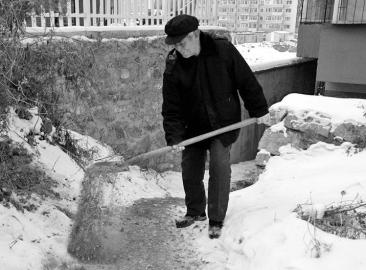 吉林一老人见邻居雪天摔跟头 义务扫雪13年图片