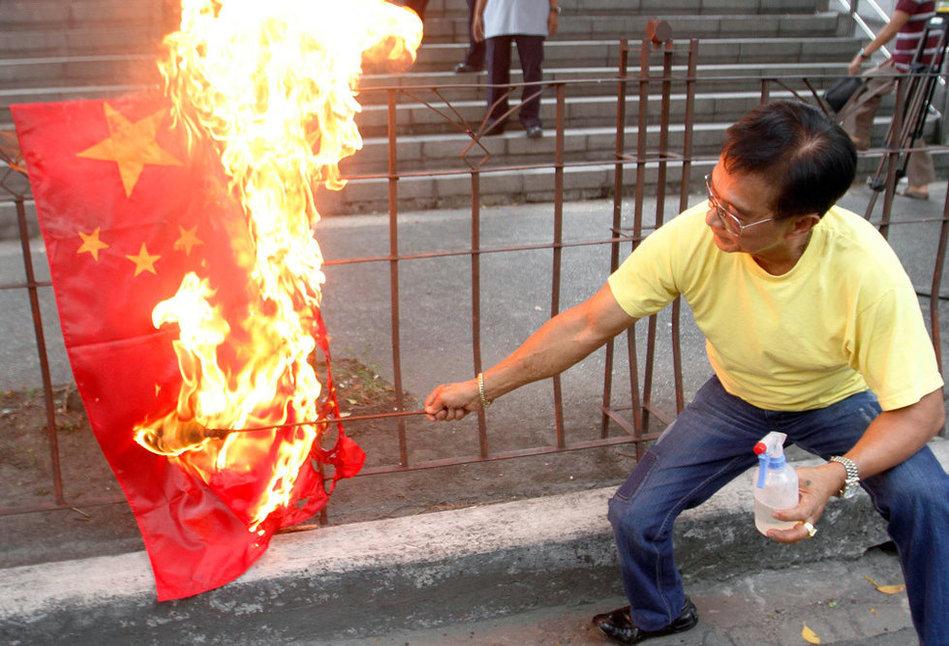 菲律宾极端分子火烧中国国旗
