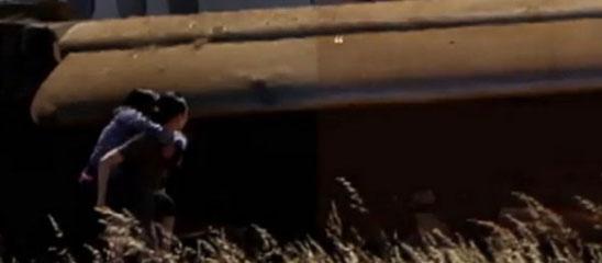 韩亚航空乘务员背乘客逃生画面