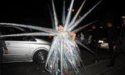 """Gaga再现雷人造型 穿""""万箭穿心""""服装引围观"""