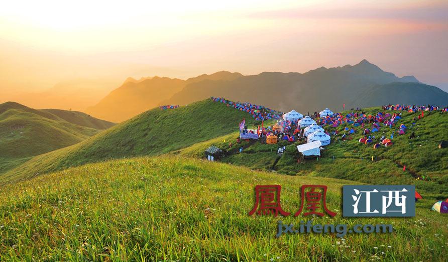 江西吉安安福武功山拥有美丽的高山草甸,吸引了众多驴友前来露营.