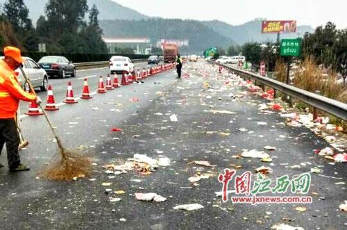 大广高速泰赣段堵车后垃圾遍地-高速堵车后垃圾遍地 春运返程那些不
