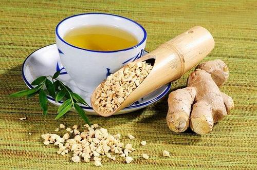 为红糖同样具有暖胃、驱寒的作用 另外提醒,生姜红糖茶的做法是,