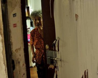 76岁依姆被锁门泼漆 受孙子吸毒欠下巨债牵连