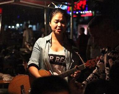 福州王庄夜市22岁卖唱女孩:大排档里有真实世界