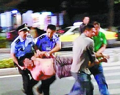 厦门醉汉与的哥纠纷怒砸车 追打民警将其绊倒