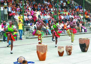 非洲黑人表演团在九顶塔赶秋节上表演南非