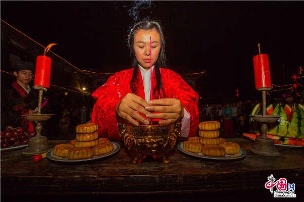 中秋拜月仪式_周村举办汉代拜月仪式 中秋上演视觉盛宴