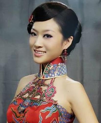 那么婚礼当天新娘穿旗袍的该搭配什么样的发型设计呢