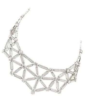 36颗圆形切割钻石与密镶钻编织出网状结构,是衣领处最好的装饰.