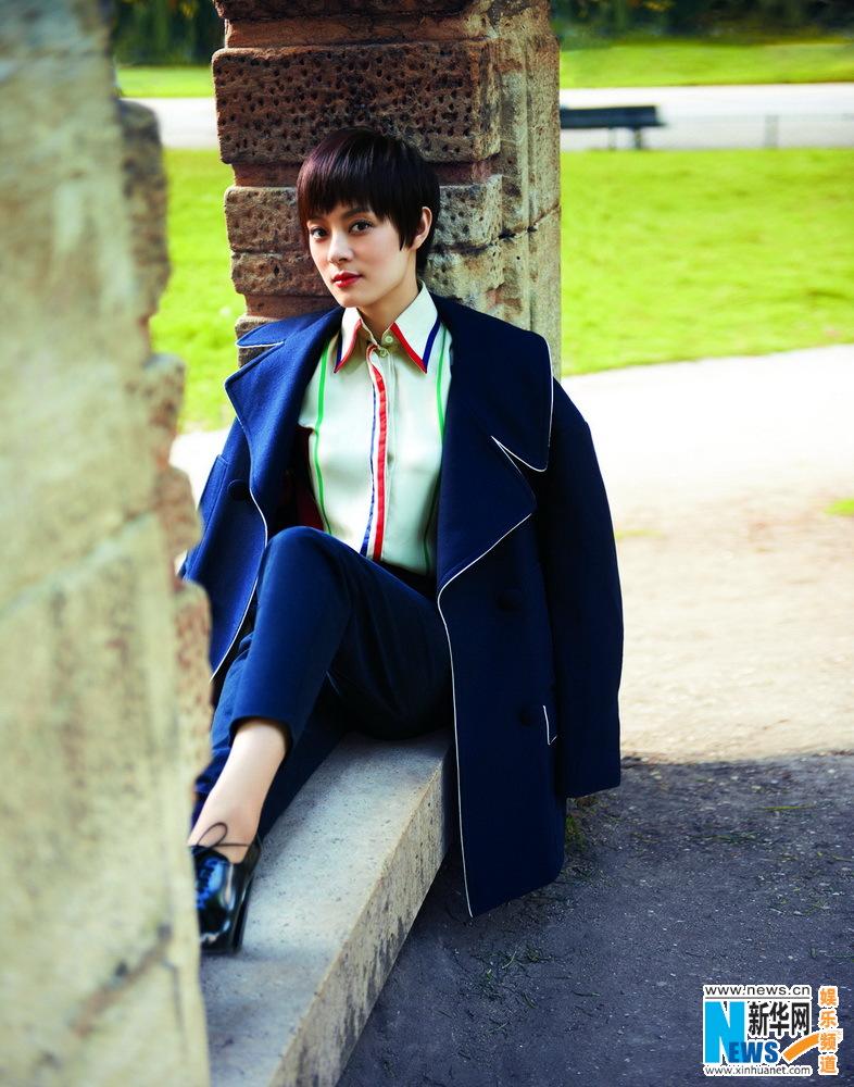 近日,孙俪为某杂志拍摄的封面大片曝光,她神情悠闲地游走在巴黎