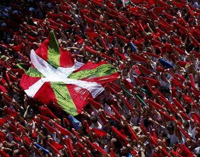 西班牙奔牛节拉开序幕 民众举起红色丝巾狂欢
