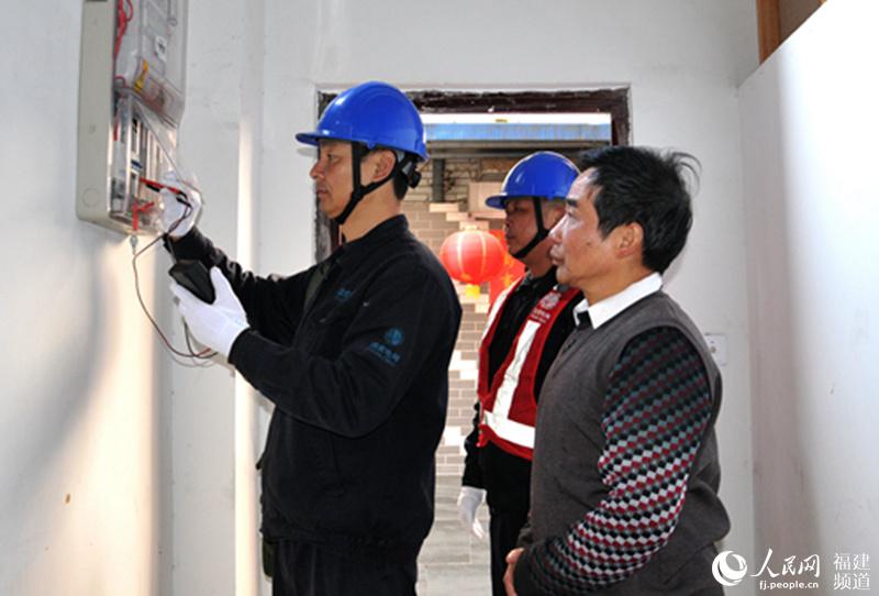 福建六旬老人建光伏发电站推广新能源